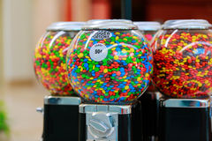 Seattle, WA - 22 de julho de 2013: M&M famoso Candies em máquinas do distribuidor dos doces Foto de Stock Royalty Free