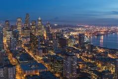 Seattle, WA, EUA - janeiro, 8o 2015 Vista bonita em openns da cidade da noite da plataforma de observação da agulha do espaço Fotografia de Stock
