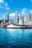 Seattle, WA - 23. März 2011: Seattle-Ufergegend nahe Aquarium mit Jachthafen und Booten Stockfotografie
