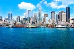 Seattle, WA - 23 Maart, 2011: De waterkant van Seattle dichtbij aquarium met jachthaven en boten Stock Foto's