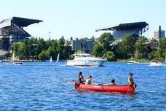 Seattle, WA - 23 Maart, 2011: Kinderen op de boot, Husky Stadium bij de achtergrond Stock Foto's
