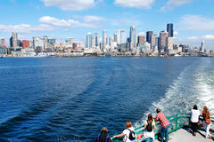 Seattle WA - mars 23, 2011: Seattle strandpir 55 och 54 Centra beskådar från färjan Arkivfoton