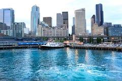 Seattle, WA - Marzec 23, 2011: Seattle nabrzeże blisko akwarium z marina i łodziami Obrazy Royalty Free