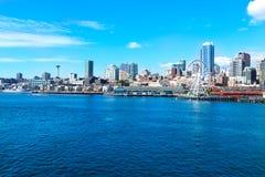 Seattle, WA - 23 marzo 2011: Lungomare di Seattle vicino all'acquario con il porticciolo e le barche Fotografia Stock Libera da Diritti