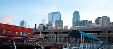 Seattle, WA - 23 marzo 2011: Lungomare di Seattle vicino all'acquario con il porticciolo e le barche Fotografia Stock