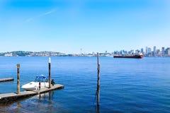 Seattle, WA - 23 marzo 2011: Lungomare di Seattle vicino all'acquario con il porticciolo e le barche Fotografie Stock