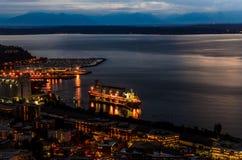 Seattle, WA nachts von der Spitze der Raumnadel stockbild