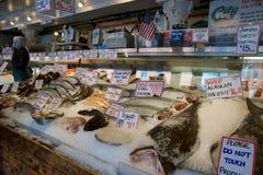 SEATTLE, WASHINGTON, DE V.S. - 24 JANUARI, 2017: De klanten bij Snoeken Place Fish Company wachten om tot vissen bij de beroemde  Royalty-vrije Stock Foto