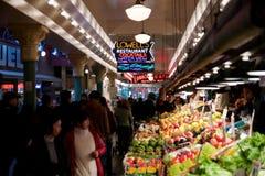 SEATTLE, WASHINGTON, DE V.S. - 24 JANUARI, 2017: Groenten voor verkoop in de hoge boxen bij de Markt van de Snoekenplaats Deze la Stock Foto