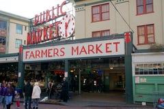 SEATTLE, WASHINGTON, DE V.S. - 24 JANUARI, 2017: Ingang aan de Markt van de Snoekenplaats in Seattle de stad in De binnen geopend Royalty-vrije Stock Foto