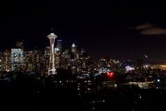 SEATTLE, WASHINGTON, DE V.S. - 23 JANUARI, 2017: Nachtcityscape van de Horizon van Seattle met Donkere Hemelachtergrond voor de B Stock Afbeeldingen