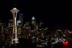 SEATTLE, WASHINGTON, DE V.S. - 23 JANUARI, 2017: Nachtcityscape van de Horizon van Seattle met Donkere Hemelachtergrond voor de B Stock Afbeelding