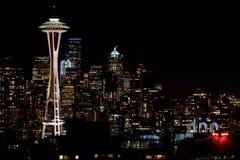 SEATTLE, WASHINGTON, DE V.S. - 23 JANUARI, 2017: Nachtcityscape van de Horizon van Seattle met Donkere Hemelachtergrond voor de B Stock Fotografie