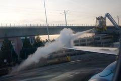 SEATTLE, WASHINGTON, DE V.S. - 27 JANUARI, 2017: Proces van vliegtuigenvleugels die met antivriesmiddel vóór start ontijzelen tij royalty-vrije stock foto