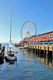 Seattle, Washington, 9/14/17, den Seattle strandrestaurangen med en ansluten segelbåt och det stort rullar in bachgrounden Arkivfoton