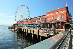 Seattle, Washington, 9/14/17, den Seattle strandrestaurangen med en ansluten segelbåt och det stort rullar in bachgrounden Fotografering för Bildbyråer