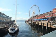 Seattle, Washington, 9/14/17, den Seattle strandrestaurangen med en ansluten segelbåt och det stort rullar in bachgrounden Royaltyfri Bild