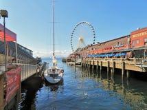 Seattle, Washington, 9/14/17, den Seattle strandrestaurangen med en ansluten segelbåt och det stort rullar in bachgrounden Arkivbild