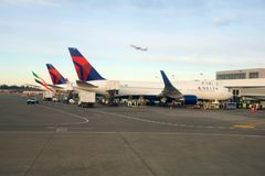 SEATTLE, WASHINGTON, Etats-Unis - 27 janvier 2017 : Delta Airlines Boeing 767 avions se préparent à la prise de chez Seattle-Taco Photographie stock