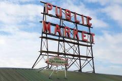 SEATTLE, WASHINGTON, EUA - 24 de janeiro de 2017: O sinal de néon do mercado público contra o céu nebuloso, mercado de lugar de p Imagem de Stock