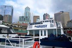 SEATTLE, WASHINGTON, los E.E.U.U. - 25 de enero de 2017: Horizonte y costa de Seattle en el embarcadero 55, visto del agua de Pug imagenes de archivo