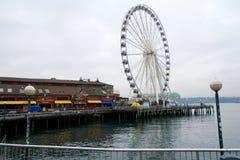 SEATTLE, WASHINGTON, los E.E.U.U. - 25 de enero de 2017: La mirada abajo de los muelles de Pier District con el grande rueda aden Imagenes de archivo