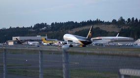 SEATTLE, WASHINGTON, los E.E.U.U. - 2 de octubre de 2014: Aterrizaje de aeroplano de la carga de Boeing 767-300 en el aeropuerto Fotos de archivo libres de regalías