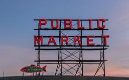 Seattle Washington Public Market och tecken för fiskmarknad arkivfoton