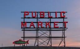 Seattle Washington Public Market und Fischmarktzeichen stockfotos