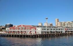 Seattle, Washington, September 14, 2017, strandsikter av pir 70 med stadshorisont- och utrymmevisaren i bakgrunden Wa Fotografering för Bildbyråer