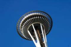 SEATTLE, WASHINGTON, U.S.A. - 23 gennaio 2017: Ago dello spazio contro un chiaro giorno del cielo blu guardando dalla terra Fotografia Stock Libera da Diritti