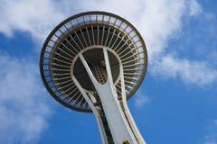 SEATTLE, WASHINGTON, U.S.A. - 23 gennaio 2017: Ago dello spazio contro un chiaro giorno del cielo blu guardando dalla terra Fotografia Stock