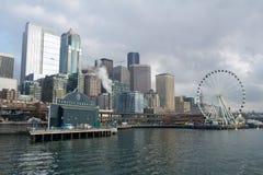 SEATTLE, WASHINGTON, USA - 25. Januar 2017: Eine Ansicht über Seattle im Stadtzentrum gelegen vom Wasser von Puget Sound Piers, W Lizenzfreies Stockbild