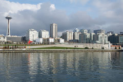 SEATTLE, WASHINGTON, USA - 25. Januar 2017: Eine Ansicht über Seattle im Stadtzentrum gelegen vom Wasser von Puget Sound Piers, W Stockbilder