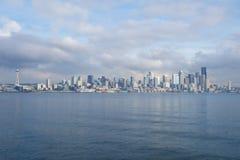 SEATTLE, WASHINGTON, USA - 25. Januar 2017: Eine Ansicht über Seattle im Stadtzentrum gelegen vom Wasser von Puget Sound Piers, W Lizenzfreie Stockfotos