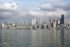 SEATTLE, WASHINGTON, USA - 25. Januar 2017: Eine Ansicht über Seattle im Stadtzentrum gelegen vom Wasser von Puget Sound Piers, W Lizenzfreies Stockfoto