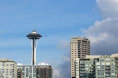 SEATTLE, WASHINGTON, USA - 25. Januar 2017: Eine Ansicht über Seattle im Stadtzentrum gelegen vom Wasser von Puget Sound Wolkenkr Lizenzfreie Stockfotos