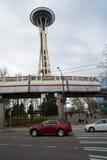 SEATTLE, WASHINGTON, USA - 24. Januar 2017: Erfahren Sie die Einschienenbahn des Musik-Projektes EMP und Seattles, die durch mit  Stockbild