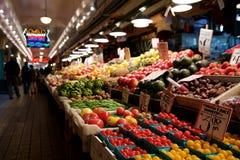 SEATTLE, WASHINGTON, USA - 24. Januar 2017: Gemüse für Verkauf in den hohen Ställen am Pike-Platz-Markt Dieser Landwirt Lizenzfreie Stockfotografie