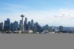 SEATTLE, WASHINGTON, USA - 24. Januar 2017: Seattle-Skylinepanorama tagsüber gesehen von Licht Kerry Parks mit Berg Lizenzfreies Stockfoto