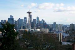 SEATTLE, WASHINGTON, USA - 24. Januar 2017: Seattle-Skylinepanorama tagsüber gesehen von Licht Kerry Parks mit Berg Lizenzfreies Stockbild