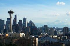 SEATTLE, WASHINGTON, USA - 24. Januar 2017: Seattle-Skylinepanorama tagsüber gesehen von Licht Kerry Parks mit Berg Lizenzfreie Stockfotografie