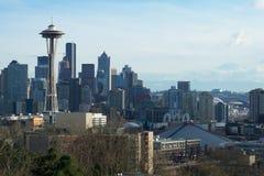 SEATTLE, WASHINGTON, USA - 24. Januar 2017: Seattle-Skylinepanorama tagsüber gesehen von Licht Kerry Parks mit Berg Lizenzfreie Stockbilder