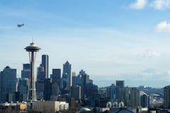SEATTLE, WASHINGTON, USA - 24. Januar 2017: Seattle-Skylinepanorama tagsüber gesehen von Licht Kerry Parks mit Berg Stockfotos