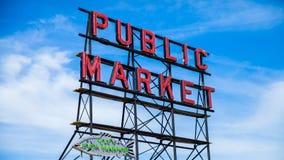 SEATTLE WASHINGTON, USA - JULI 4, 2014: Det iconic tecknet Seattle för offentlig marknad mot en trevlig blå himmel royaltyfri fotografi