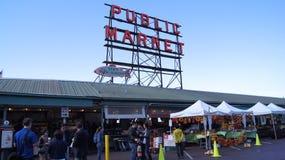 SEATTLE WASHINGTON USA - Oktober 2014 - allgemeiner Markt-Mitte-Zeichen, Pike-Platz Lizenzfreies Stockfoto