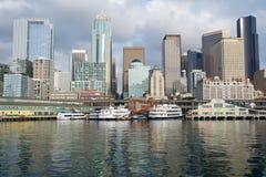 SEATTLE, WASZYNGTON, usa - JAN 25th, 2017: Widok na Seattle śródmieściu od nawadnia Puget Sound Mola, drapacze chmur Obraz Stock