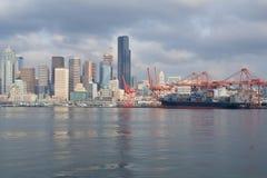 SEATTLE, WASZYNGTON, usa - JAN 25th, 2017: Widok na Seattle śródmieściu od nawadnia Puget Sound Mola, drapacze chmur Zdjęcie Royalty Free