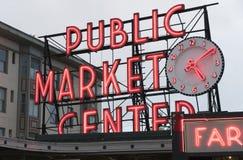 Seattle, Waszyngton, usa 02/06/17: Szczupaka miejsca rynek z odbija Fotografia Stock