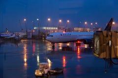 SEATTLE, WS, DE V.S. - 22 FEBRUARI, 2018: Het tarmac bij de luchthaven van overzees-TAC van Seattle met Delta Airlines 767 die te stock fotografie
